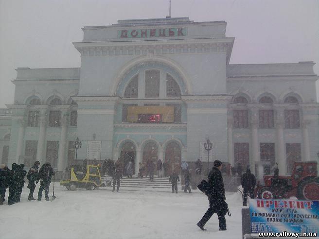 Донецкий железнодорожный вокзал заметен