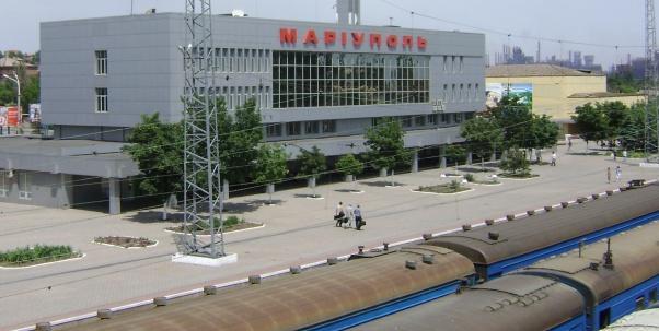 Мариуполь вокзал. В связи с разрушением железнодорожной инфраструктуры на участке Донецк-Ясиноватая все пассажирские поезда дальнего следования 14 августа будут отправляться со станции Ясиноватая, сообщает пресс-служба Донецкой железной дороги. Исключение составляет поезд №584 Мариуполь-Киев, который отправляется из Мариуполя. Маршрут движения поезда №584 / 583 Мариуполь-Киев
